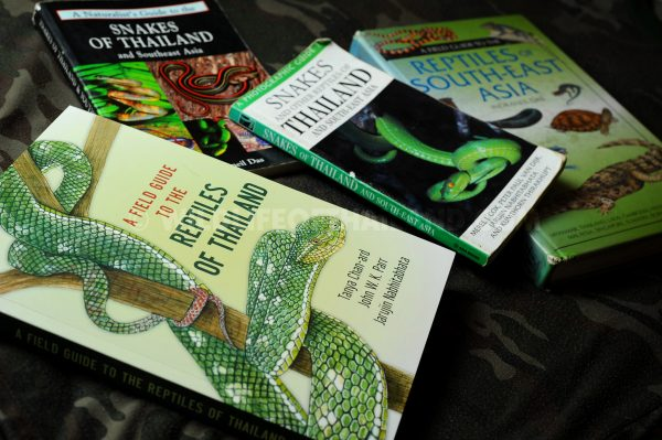 Field guide books about the reptiles of Thailand